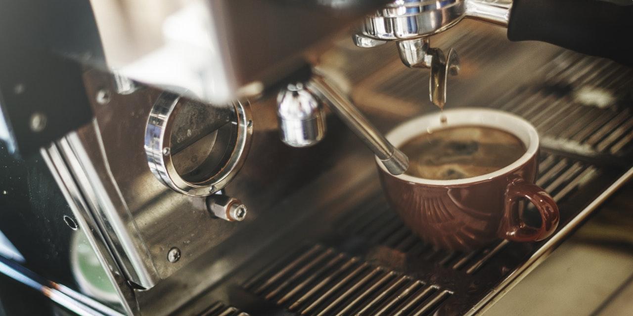 En kopp nybryggt kaffe