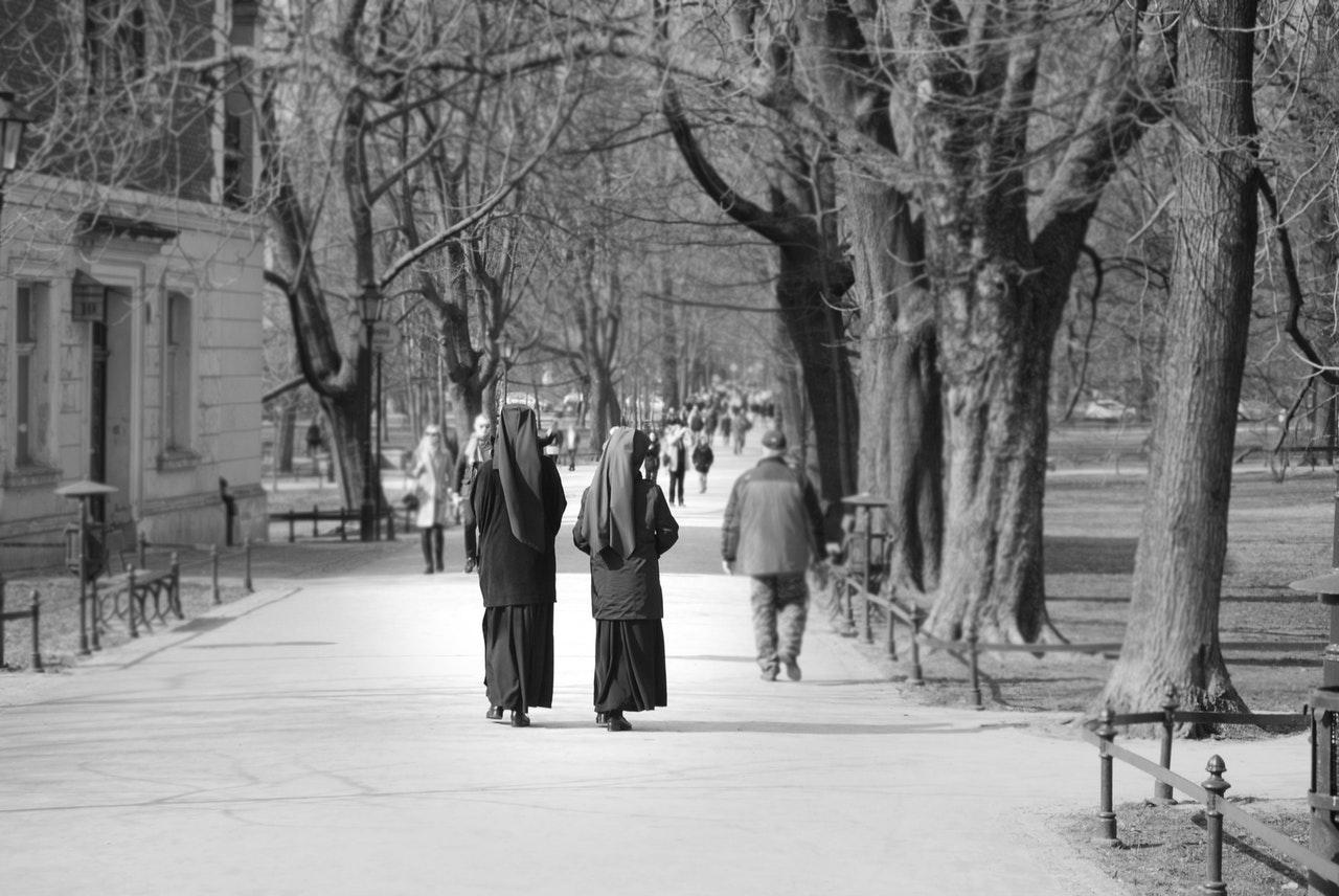 Två nunnor i en allé